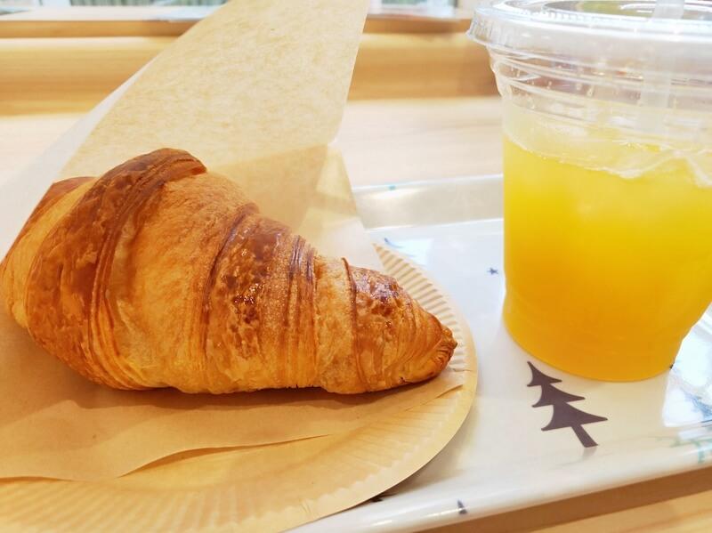 クロワッサンと生搾りオレンジジュース
